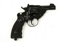 दुनाली बंदूक के लाइसेंस पर महिला के नाम की रिवाल्वर की दर्ज, लिपिक बर्खास्त