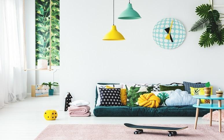 सबसे पहला कमरा जो दरवाजे से अंदर आते ही पड़ता हो इसका रंग हल्का होना चाहिए. जैसे सफेद, हल्का हरा, नीला और गुलाबी रंग आदि. इन्हें करवाना शुभ परिणाम देता है और घर में खुशहाली बनी रहती है.