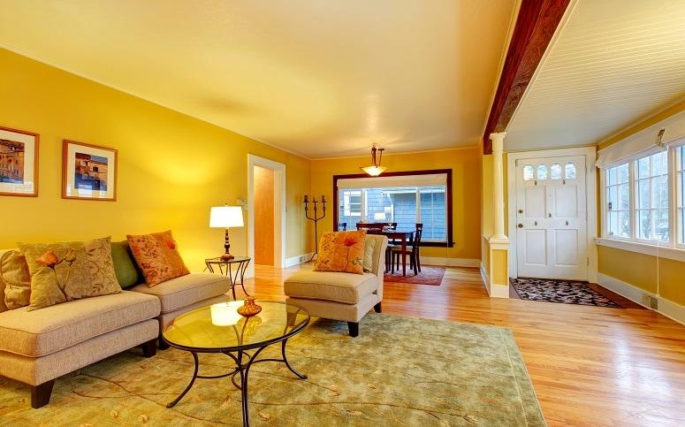 बाथरूम की दीवारों पर रंग सफेद अच्छा माना जाता है. इसके अलावा घर के हॉल का रंग पीला होना चाहिए. इससे घर में खुशहाली बनी रहती है.