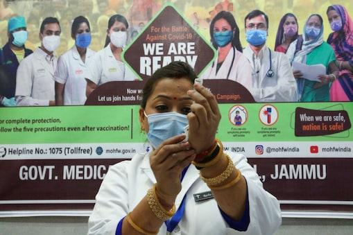 फिलहाल भारत में इस्तेमाल के लिए कोवैक्सीन, कोविशील्ड, स्पुतनिक और मॉडर्ना चार वैक्सीन हो गई हैं.  (प्रतीकात्मक तस्वीर-AP)