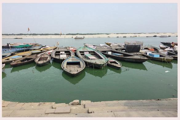 गंगा के हरे पानी को लेकर  वाराणसी डीएम ने पांच सदस्यीय टीम को जांच सौंपी है, जिसने अहम खुलासा किया है.