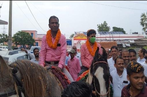 बिहार के बांका में बीडीओ के विदाई समारोह में उड़ी कोविड नियमों की धज्जियां