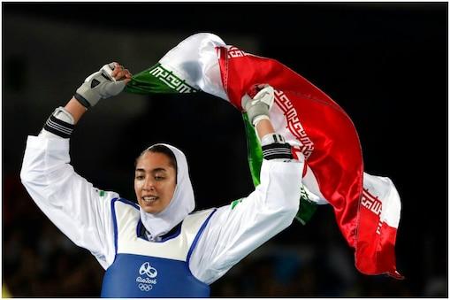 किमिया अलीज़ादेह (Kimia Alizadeh) ईरान के लिए ओलंपिक मेडल जीतने वाली पहली महिला खिलाड़ी हैं. हालांकि, वो टोक्यो में रिफ्यूजी टीम के तौर पर दावेदारी पेश कर रही हैं. (AP)