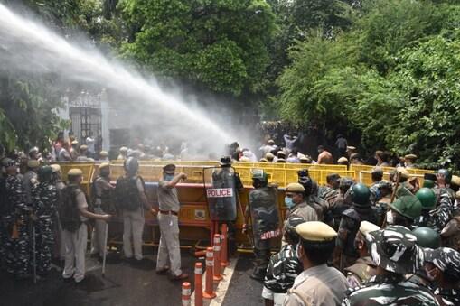 सत्येंद्र जैन के घर से बीजेपी कार्यकर्ताओं को दूर रखने के लिए पुलिस ने किया वाटर कैनन का इस्तेमाल.