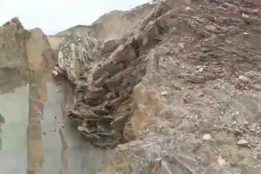 पहाड़ पर अचानक हुए लैंडस्लाइड से खदान के अंदर पड़ी मशीनें और अन्य वाहन लाखों टन मलबे में दब गए
