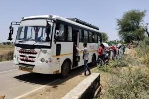 बिहार के मुजफ्फरपुर में चलती बस से यात्री को फेंका (सांकेतिक चित्र)