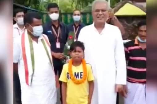 छत्तीसगढ़ के सीएम से सहदेव कुमार दिरदो (Sehdev Dirdo) की मुलाकात का एक वीडियो सामने आया है. फोटो साभार: @ViralBhayani instagram