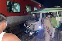 चन्दौली: मानव रहित क्रासिंग पर ट्रेन से टकराई एम्बुलेंस, बड़ा हादसा टला