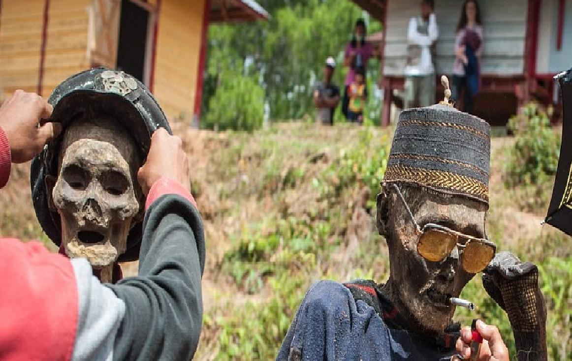 ,[object Object],क्या आपने कभी सोचा कि दुनिया में कोई ऐसी जगह है जहां लोग अपने पूर्वजों के शव के साथ रहते हों? दुनिया में एक ऐसा देश है, जहां लोग अपने परिवार के सदस्य की मौत के बाद उन्हें कभी दफनाते नहीं है. मुर्दे को ममी के रूप में तब्दील कर उसे घर पर ही रखते हैं. इंडोनेशिया में ऐसा होता है.