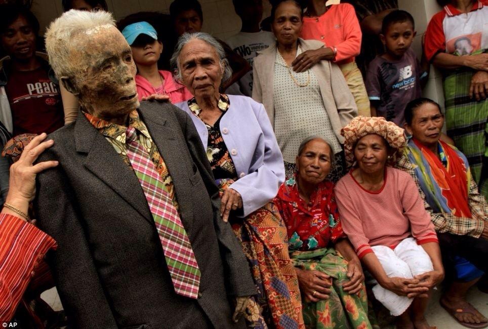 ,[object Object],इंडोनेशिया के दक्षिण सुलावेसी इलाके के कुछ गांवों में ये फेस्टिवल मनाया जाता है. ऐसा इसलिए लिए करते हैं तो अपने घर वालों से बहुत ज्यादा लगाव महसूस करते हैं. इसलिए उन्हें हमेशा के लिए दफनाने से पहले कई साल तक अपने साथ रखते हैं.