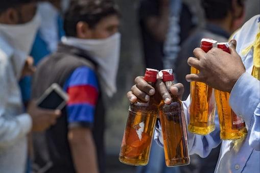 वन विभाग के कर्मचारियों की शराब पार्टी का वीडियो जब सोशल मीडिया में वायरल हुआ तो यह मामला वन मंत्री सुखराम विश्नोई तक जा पहुंचा. (सांकेतिक तस्वीर)