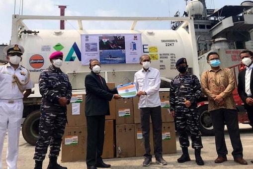 आईएनएस ऐरावत 300 ऑक्सीजन कॉन्सेंट्रेटर और 100 मीट्रिक टन लिक्विड मेडिकल ऑक्सीजन के साथ इंडोनेशिया पहुंचा. (एएनआई)