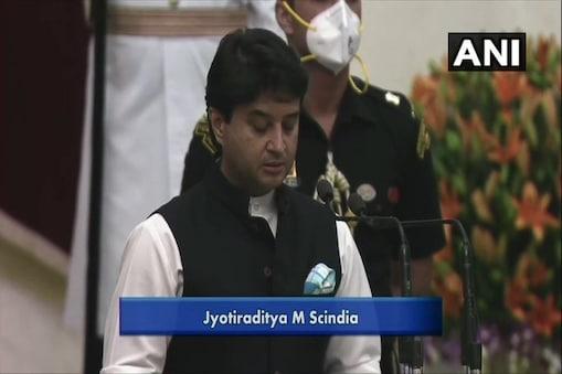 मार्च 2020 में कांग्रेस छोड़कर बीजेपी में शामिल हुए ज्योतिरादित्य सिंधिया को नरेंद्र मोदी सरकार के मंत्रिमंडल में शामिल किया गया है (फोटो: ANI)