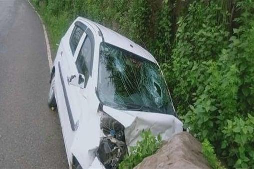 पहाड़ी से टूट कर सड़क पर गिरी चट्टान से कार की हुई टक्कर इतनी तेज थी कि उसके परखच्चे उड़ गए