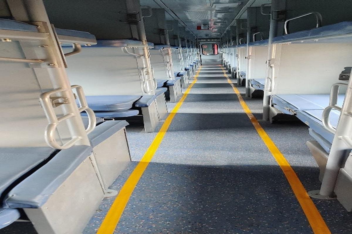 भारतीय रेलवे की ओर से ट्रेनों में लगे परंपरागत आईसीएफ कोच को बदल कर आधुनिक और उन्नत एलएचबी कोच (LHB Coach) लगा रही है. LHB coaches,Linke Hofmann Busch,Indian Railways,Northern Railway, Conventional Coaches,ICF rake,Dehradun-Indore, Ujjain Express, एलएचबी कोच,लिंक हॉफमैन बुश, भारतीय रेलवे, उत्तर रेलवे, परंपरागत कोच, आईसीएफ रैक, देहरादून इंदौर, उज्जैन एक्सप्रेस
