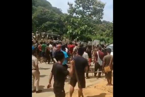 असम के अधिकारियों पर पत्थरबाजी करते मिजोरम के स्थानीय लोग. दोनों राज्यों में सीमा विवाद चल रहा है.