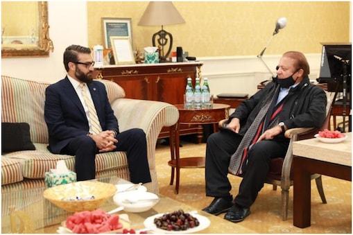 यहां नवाज़ शरीफ के साथ बैठे हैं अफ़ग़ानिस्तान के राष्ट्रीय सुरक्षा सलाहकार हमदुल्लाह मोहिब. इन दोनों की ये बैठक लंदन में हुई. (फोटो-@NSCAfghan)