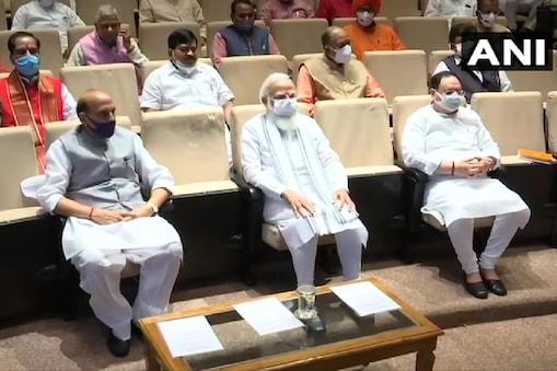 पीएम मोदी ने बीजेपी सांसदों से आग्रह किया कि वे कांग्रेस और विपक्ष के इस 'कार्य' को जनता और मीडिया के सामने एक्सपोज करें.