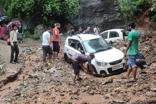 कुल्लू में मलबे में फंसी तीन गाड़ियां, यहां भारी बारिश हुई है.