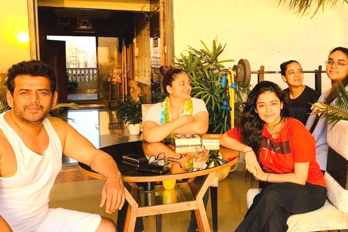 अब रवि किशन और प्रीति के चार बच्चे हैं. उनकी तीन बेटी रीवा, तनिष्क और इशिता हैं. इसके साथ ही उनका एक बेटा सक्षम भी है. एक्टर की बड़ी बेटी रीवा बॉलीवुड में फिल्म 'सब कुशल मंगल' से डेब्यू किया था. इसमें उनके अपोजिट अक्षय खन्ना और प्रियांक शर्मा ने लीड रोल प्ले किया था.