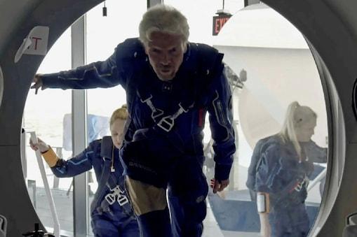 चालक दल के सदस्यों के साथ यान में प्रवेश करते हुए रिचर्ड ब्रैनसन. (रॉयटर्स)