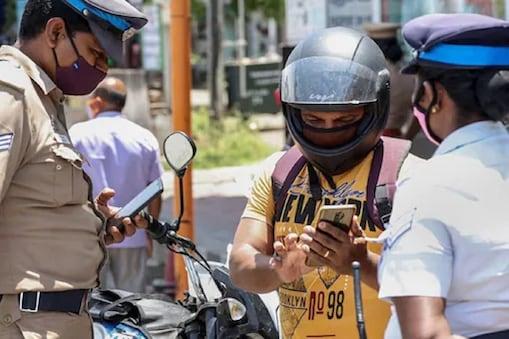 तमिलनाडु में लॉकडाउन के दौरान कोयंबटूर में ई-पास करते पुलिस. (फाइल फोटो)