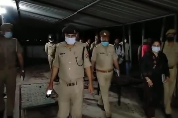 आजमगढ़ में पुलिस ने छापामार कार्रवाई की है.