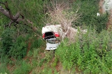 अनियंत्रित होकर 80 फुट गहरी खाई में गिरी कार, एक की मौत, आठ लोग जख्मी