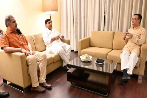 जयपुर पहुंचने के बाद कांग्रेस प्रभारी अजय माकन ने पीसीसी चीफ गोविंद सिंह डोटासरा के साथ करीब एक घंटे तक विधायकों के वन-टू-वन मुलाकात कार्यक्रम पर विस्तार से चर्चा की.