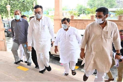 अजय माकन विधानसभा में पार्टी  विधायकों से मुलाकात कर रहे हैं.