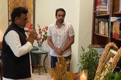 अखिलेश यादव ने स्वर्गीय चौधरी अजीत सिंह को श्रद्धांजलि देने के बाद भावी रणनीति को लेकर जयंत चौधरी से चर्चा की.