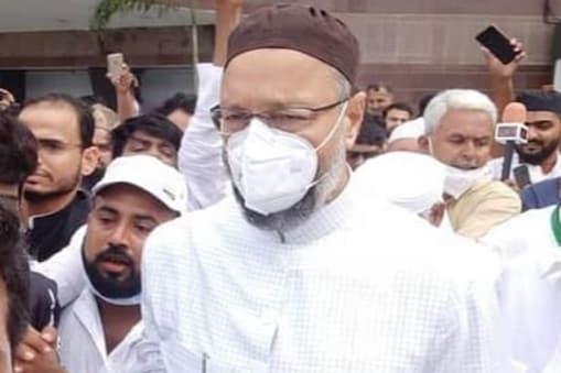 एआईएमआईएम के प्रमुख असदुद्दीन ओवैसी ने लखनऊ में यूपी विधानसभा चुनाव को लेकर रणनीति साफ की है.