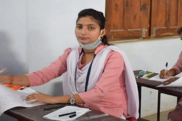 बलरामपुर में बीए की परीक्षा देती नई जिलां पंचायत अध्यक्ष आरती तिवारी
