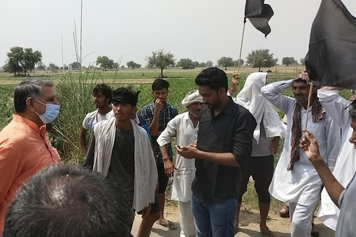 आज चरखी दादरी में किसानों ने भाजपा नेताओं और मंत्रियों को काले झंडे दिखाए और नारेबाजी की.