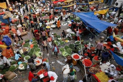 बाजारों में बढ़ती भीड़ को देखते हुए आईसीएमआर ने चेतावनी दी है कि तीसरी लहर जल्द आएगी.