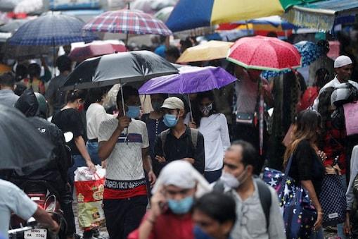 बाजारों में तेजी से बढ़ती भीड़ को देखते हुए विशेषज्ञों ने तीसरी लहर की चेतावनी जारी कर दी है. फोटो- Reuters