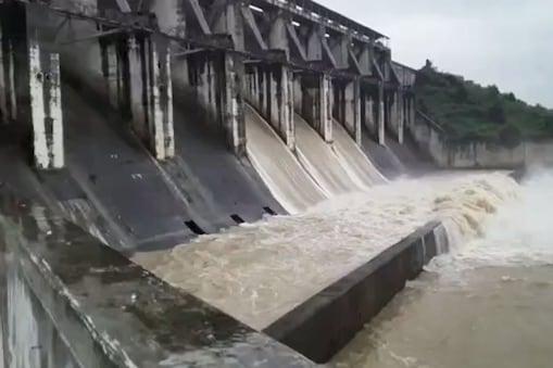 राज्य में लगातार हो रही बारिश के चलते बोकारो के तेनुघाट डैम के 6 फाटक को खोल दिया गया है.