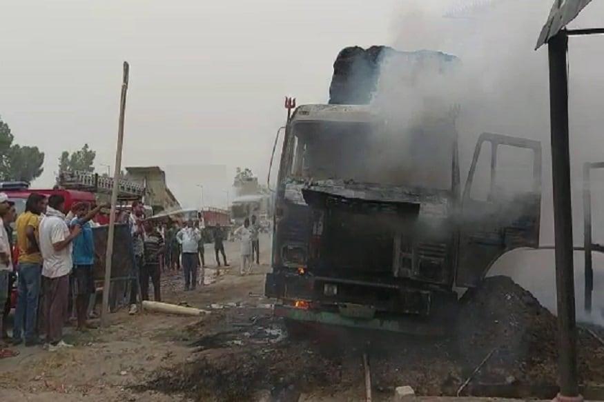 जानकारी के मुकाबिक दोनों मैकेनिक खराब ट्रक को रिपेयर कर रहे थे. इसी दौरान अचानक ट्रक में शॉर्ट सर्किट हो गया और देखते ही देखते आग ने पूरे ट्रेक को अपने कब्जे में ले लिया.