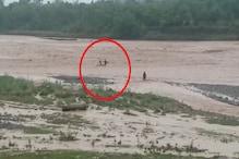 घग्गर नदी के तेज बहाव में फंसे 2 बच्चे,आधा घंटा खुद को बचाने की करते रहे कोशिश