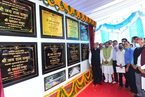 परियोजनाओं का उद्घाटन करते हिमाचल प्रदेश के सीएम जय राम ठाकुर.