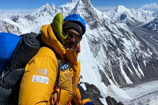 लाहौर (Lahore) निवासी काशिफ बोतलबंद ऑक्सीजन की मदद के साथ 8,611 मीटर की ऊंचाई पर चढ़ने में सफल रहे. (AP)