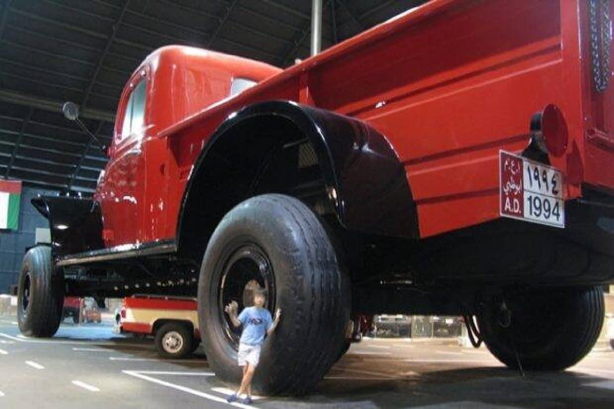 यह ट्रक क्लासिक डॉज पॉवर वैगन (Dodge power Wagon) के मूल आकार से 8 गुना बड़ा है.इस ट्रक का वजन 50 टन बताया जा रहा है. इसमें एक किचन, लिविंग रूम और एक बाथरूम भी है. कई लोगों को लगता था कि यह ट्रक केवल म्यूजियम (Museum) के ही लिए बानाया गया था. लेकिन यह पहले म्यूजियम के बाहर बनाया गया और फिर इसे म्यूजिम के अंदर लाया गया. इतना नहीं लोग यह जानकर भी हैरान हो जाते हैं कि यह ट्रक केवल म्यूजियम का हिस्सा ही नहीं है बल्कि आबुधाबी (Abu Dhabi) की सड़कों पर दौड़ने के लिए पंजीकृत भी है. इस ट्रक को तैयार करने में केवल कुछ ही महीनों का समय लगा. (तस्वीर: Facebook)