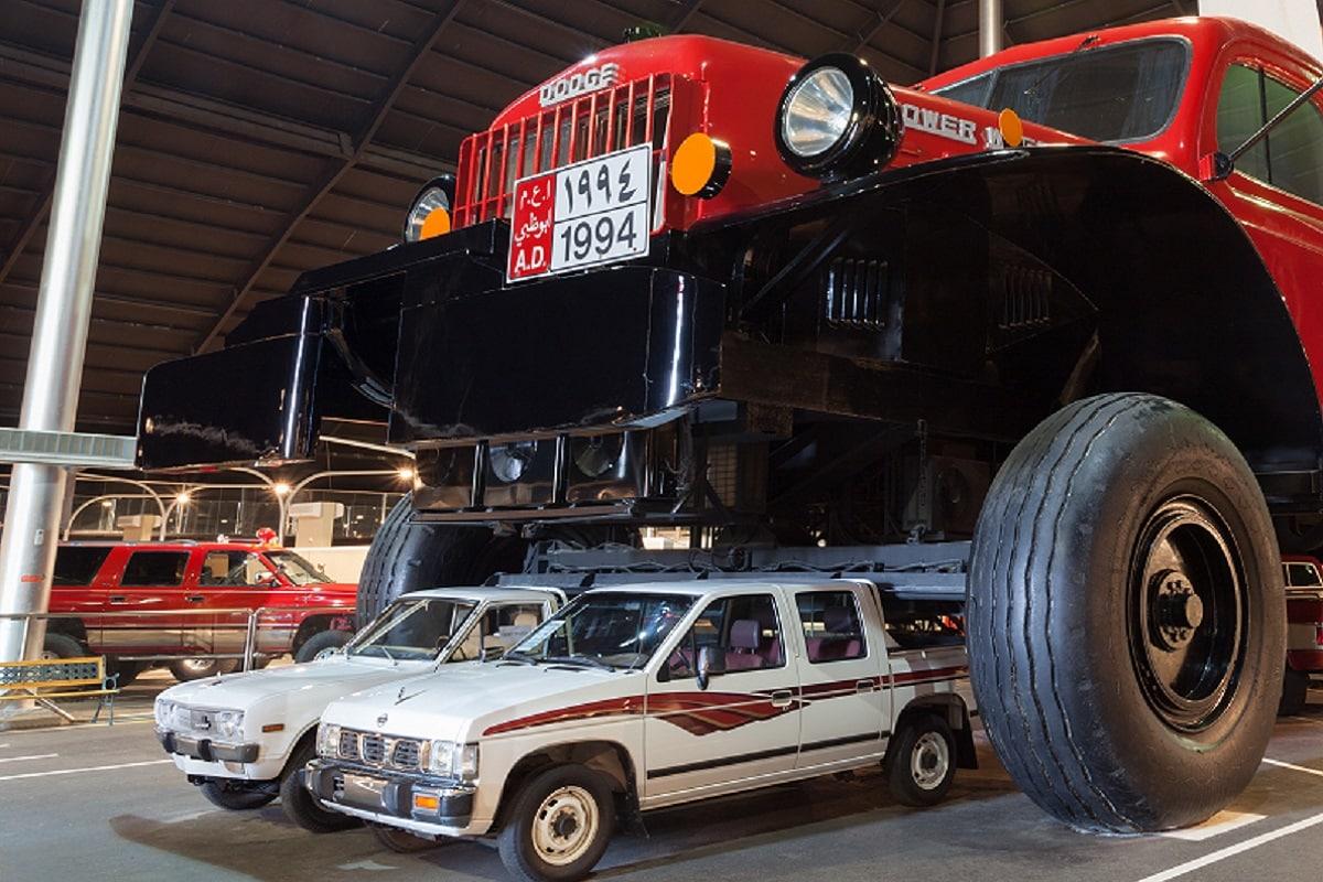 आमतौर पर ट्रक (Truck) की बात की जाए तो हमें एक चौपहिया वाहन ही याद आता है जो बहुत सा सामान लाद कर लंबी दूरी तक ले जा सकता है. लेकिन दुनिया में सबसे बड़ा पिकअप ट्रक कौन सा है यह शायद ज्यादा लोग नहीं जानते हैं. यूएई (UAE) की रेगिस्तान में घूमने वाला खास तौर पर डॉज पॉवर वैगन (Dodge Power Wagon) की तरह डिजाइन किया गया है. जिसे यूएई के रेनबो शेख ने अपने खास कलेक्शन के लिए तैयार करवाया है. ट्रक दुनिया का सबसे बड़ा ट्रक बताया जा रहा है. (largest Truck of The World) माना जाता है. (तस्वीर: Philip Lange/ Shutterstock)