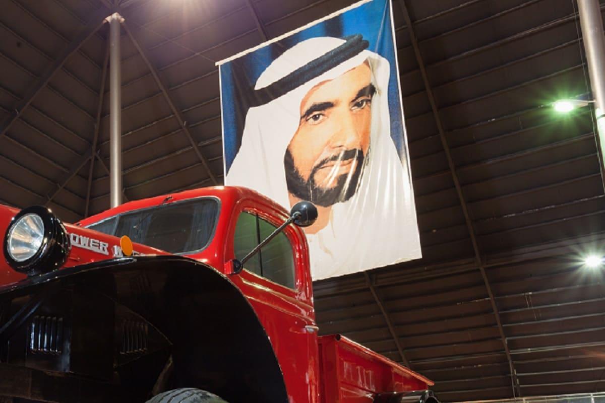 साल 1950 के डॉज पॉवर वैगन पिकअप ट्रक (Pick Up Truck) पर आधारित यह ट्रक रेनबो शेख का पूरा नाम शेख हमद बिन हमदान अल नायेन का है. उनके पास आबुधाबी (Abhu Dhabi) में अमीरात नेशनल ऑटो म्यूजियम में 200 कारों का संग्रह है. रेनबो शेख (Rainbow Sheikh) यूएई में सत्ताधारी परिवार के सदस्य हैं. और अपने अनोके खर्चों के लिए खास तौर पर जाने जाते हैं. वे लाइम लाइट से दूर रहना पसंद करते हैं (तस्वीर: Philip Lange/ Shutterstock)