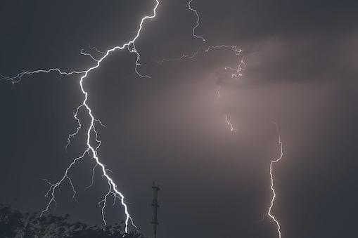 बिहार के कई जिलों में अगले 72 घंटे भारी बारिश और वज्रपात, अलर्ट जारीShutterstock)