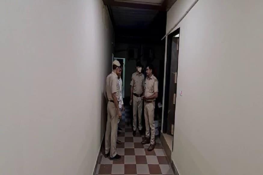 अलग-अलग 9 टीमों ने एक साथ रात करीब नौ बजे ढाबों पर छापा मारा. कार्रवाई के दौरान स्थानीय पुलिस व एसडीएम सोनीपत भी उनके साथ रहीं. टीम ने मुरथल स्थित हैप्पी, राजा और होटल वेस्ट ढाबों पर छापा मारकर 12 युवतियां व तीन युवकों को पकड़ा. सभी को देह व्यापार में काबू किया गया.