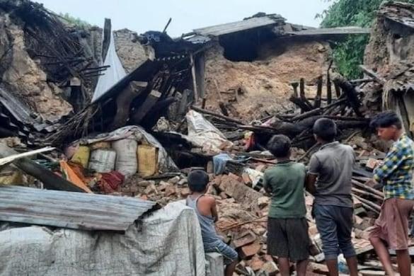 UP: मऊ में बारिश में मकान ढहने से दो लागों की मौत हो गई, जबकि 4 लोग गंभीर रूप से घायल हैं.