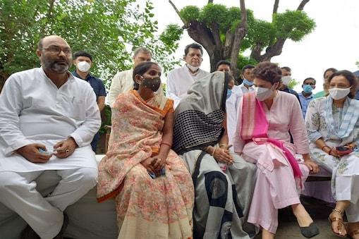UP: कांग्रेस महासचिव प्रियंका गांधी ने ब्लॉक प्रमुख चुनाव में अभद्रता का शिकार प्रस्तावक अनीता यादव पसगवां लखीमपुर में मुलाकात की.
