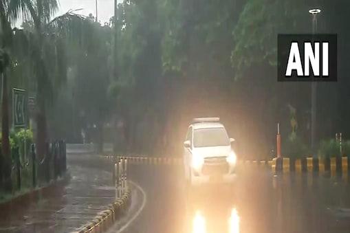 कौटिल्य मार्ग पर बारिश के बीच सड़क पर जाती गाड़ियां.