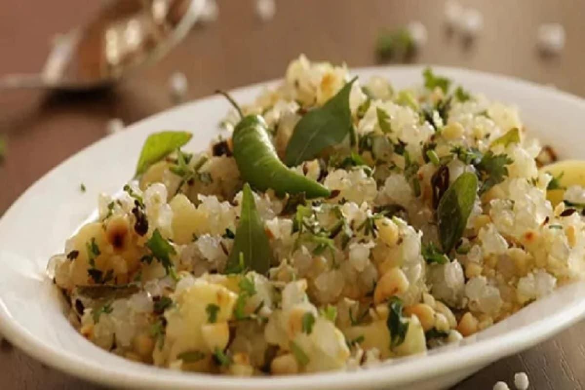 Sabudana Khichdi Recipe made with sago and spices for sawan somvar vrat 2021 pur– News18 Hindi